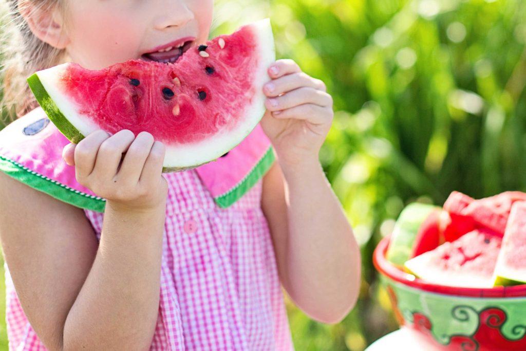 niña comiendo sandia